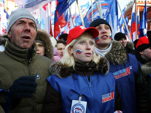Сторонники антикизисных мер правительства. Фото с сайта www.edinros.ru