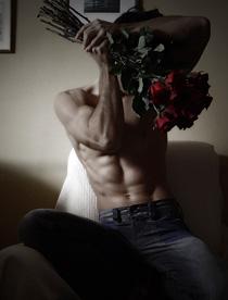 Голый мужчина с букетом роз