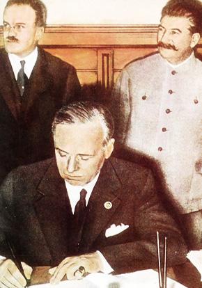 Вячеслав Молотов, Иосиф Сталин, Иоахим фон Риббентроп подписывает Пакт о ненападении