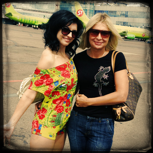 Аня Каверина и Катерина Голицына в аэропорту Домодедово, Москва. © фото Роман Данилин' 2012 / www.RomanDanilin.ru