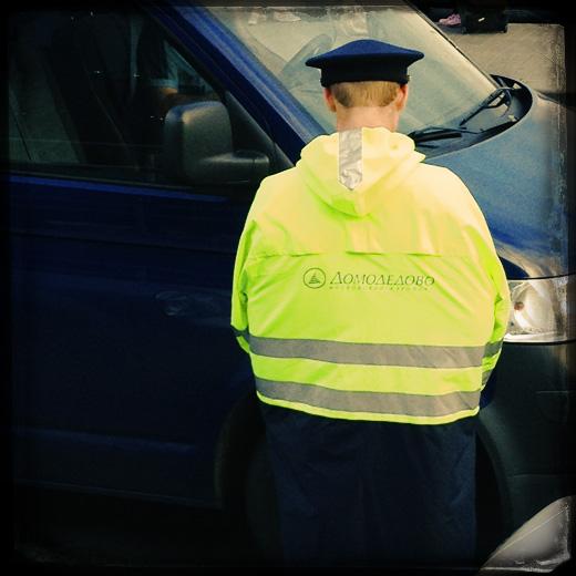 Парковщик в аэропорту Домодедово. © фото Роман Данилин' 2012 / www.RomanDanilin.ru